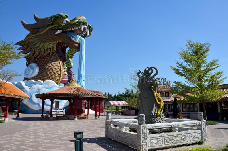 龙和关羽雕象在Suphanburi市柱子祀奉 免版税库存图片