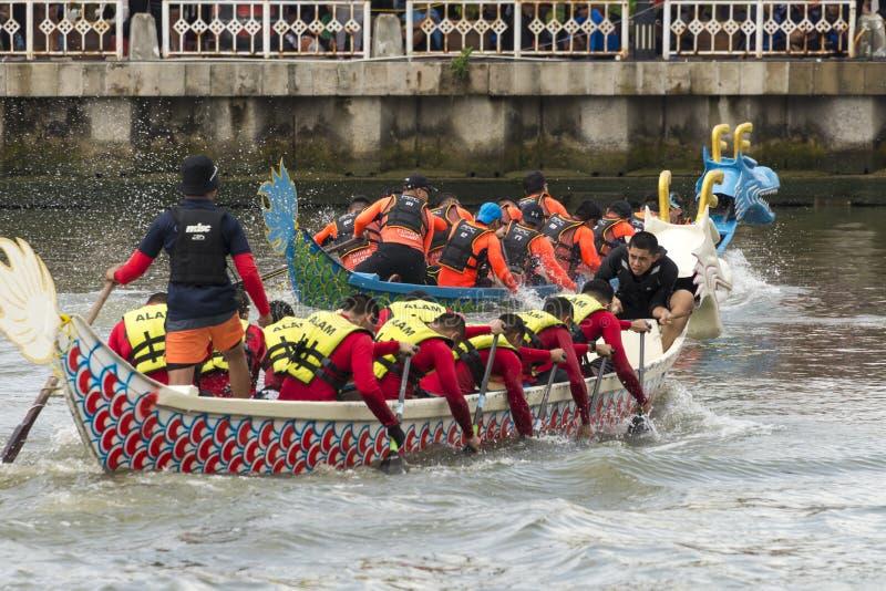 龙在Melacca河的小船竞争 免版税库存图片