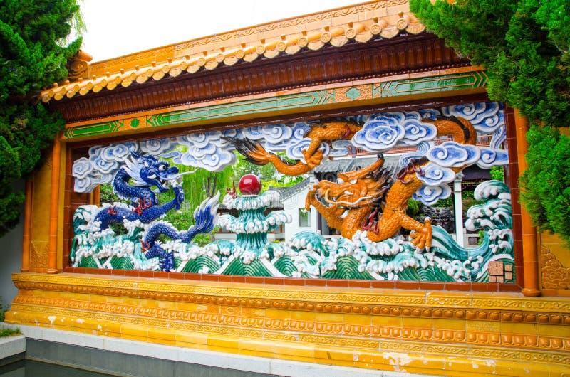 龙墙壁雕塑在友谊中国庭院的在中国镇 免版税图库摄影