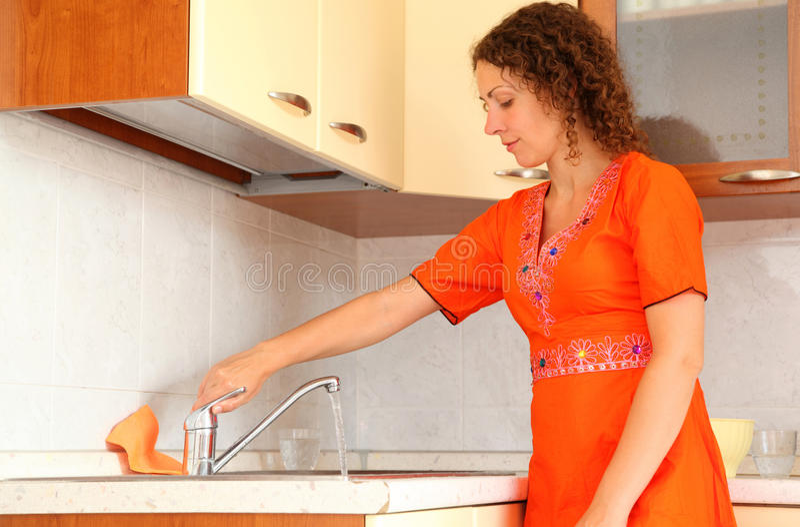 龙头厨房开张常设妇女 图库摄影