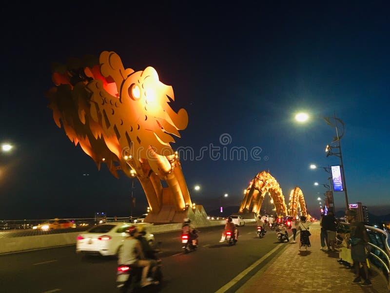 龙岘港市,夜景的越南桥梁地标  免版税图库摄影