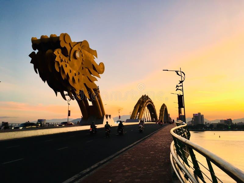 龙岘港市,日落场面的越南桥梁地标  免版税库存照片