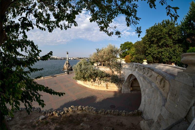 龙桥梁和凹下去在塞瓦斯托波尔运输纪念碑 免版税图库摄影