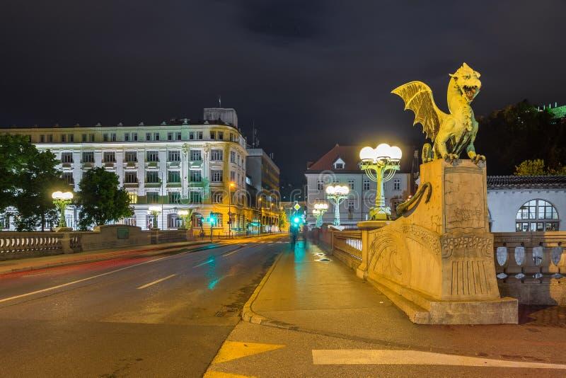 龙桥梁在夜之前在卢布尔雅那 库存照片