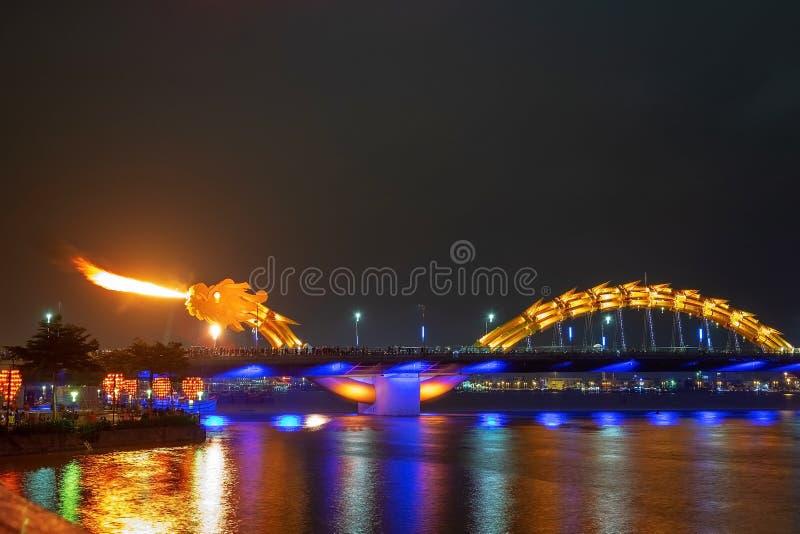 龙桥梁在岘港,越南,在晚上 吹热的火的龙在它的嘴外面 一种著名吸引力在岘港 库存图片