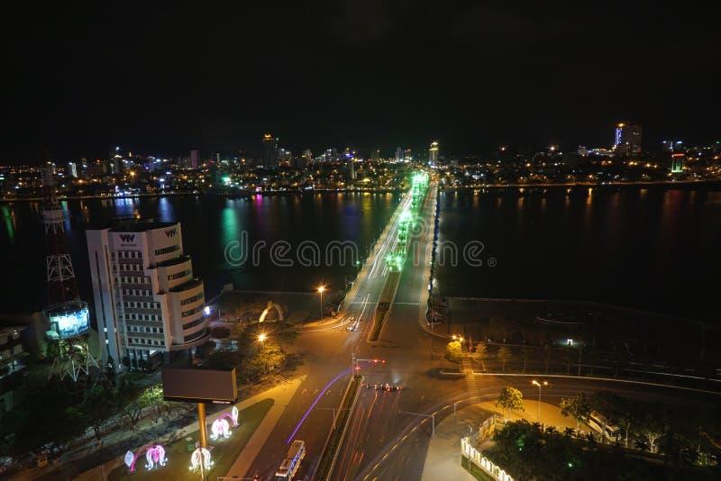 龙桥梁夜岘港市越南Apec 2017年 免版税库存图片