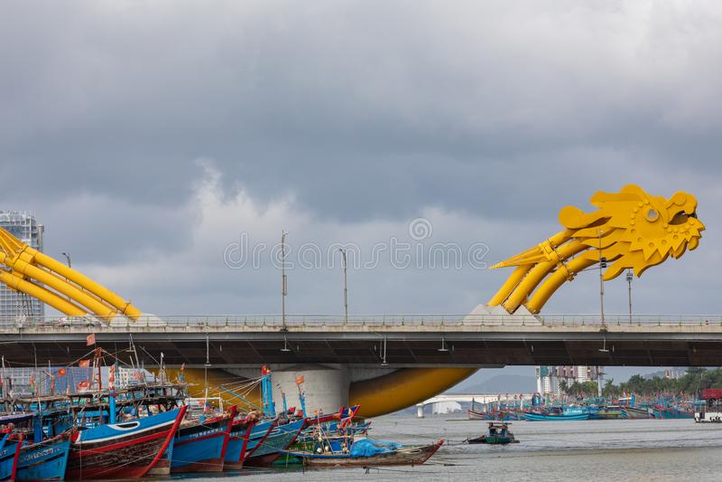 龙桥梁库阿荣,这座现代桥梁横渡汉江,被设计和被修造以龙的形式 这是标志 图库摄影