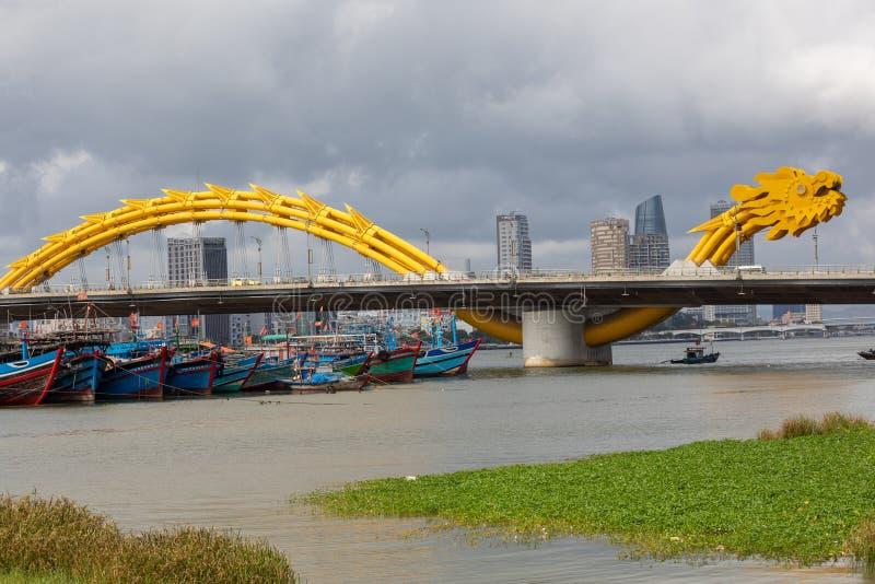 龙桥梁库阿荣,这座现代桥梁横渡汉江,被设计和被修造以龙的形式 这是标志 库存照片