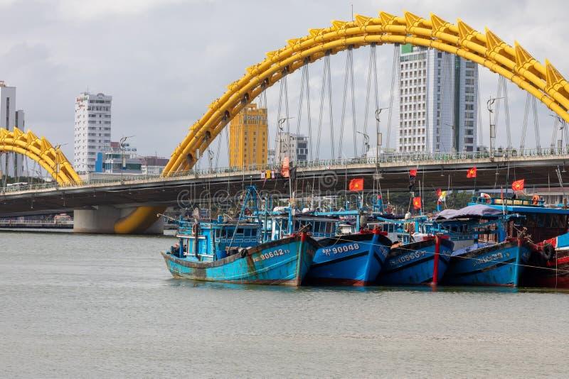 龙桥梁库阿荣,这座现代桥梁横渡汉江,被设计和被修造以龙的形式 这是标志 库存图片