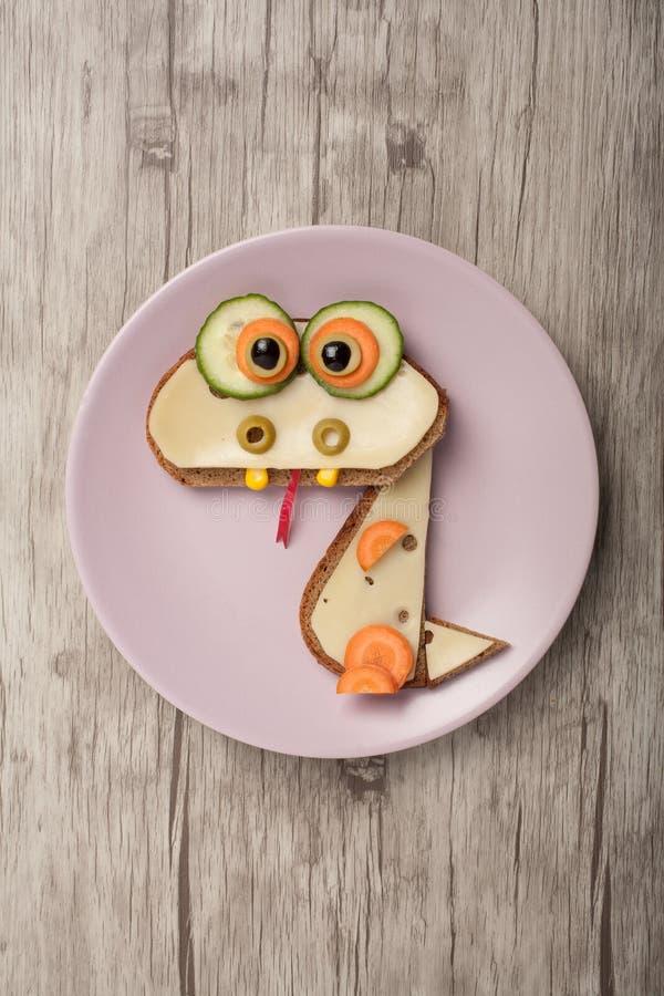 龙由面包和乳酪制成 免版税库存图片