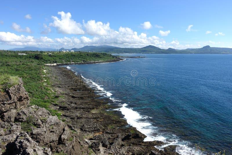龙磐与岩石的海视图在Kenting 免版税库存图片