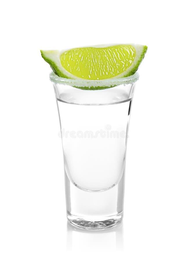 龙舌兰酒射击了与水多的石灰切片和盐 库存照片