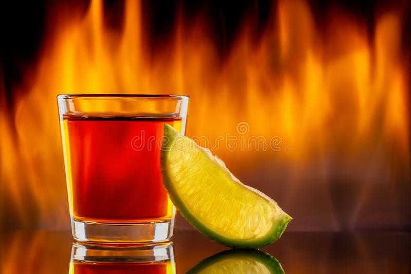龙舌兰酒小玻璃和火 免版税库存照片