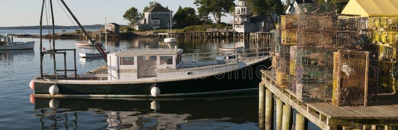 龙虾小船和陷井在码头 免版税库存图片