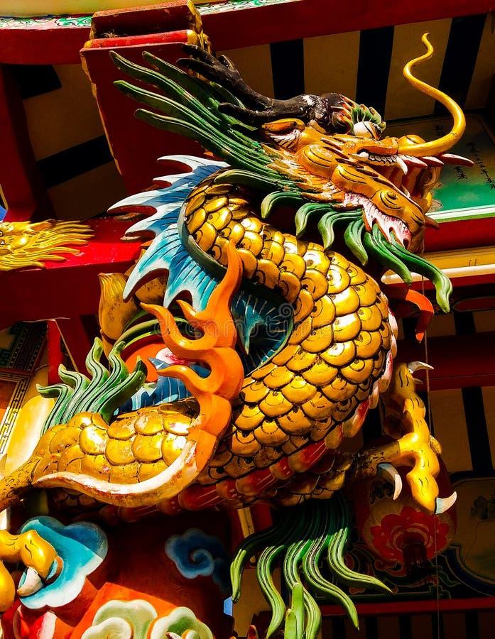 龙金黄在脊椎寺庙 免版税库存图片