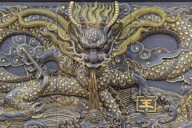 龙雕象的前面 免版税图库摄影