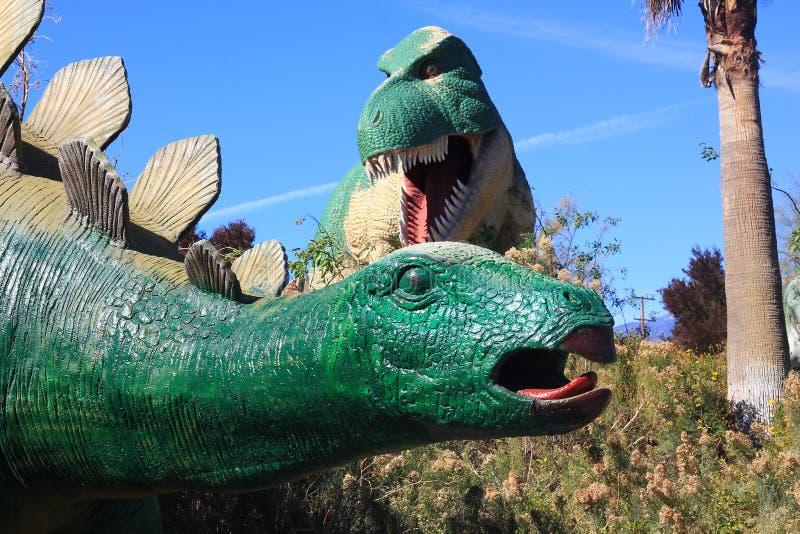 暴龙雷克斯和在公园的剑龙恐龙 库存图片