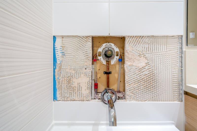 龙头修理在卫生间里 免版税图库摄影