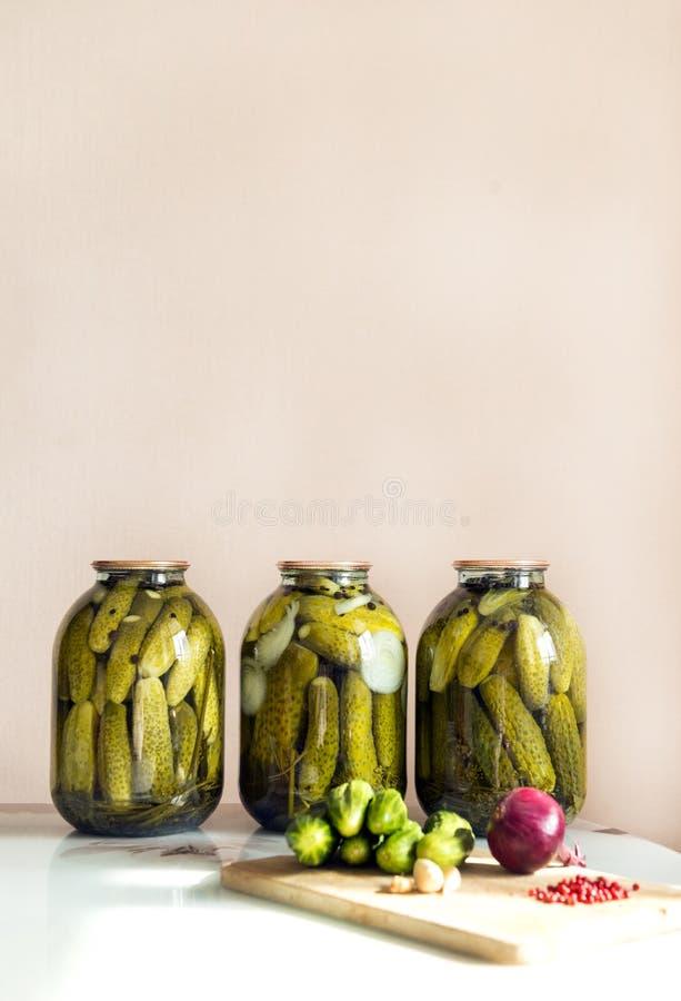 3,三个罐头罐装,酱瓜在桌, nex上 免版税库存照片