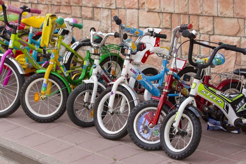 22-06-2019,俄罗斯,下诺夫哥罗德 不同颜色很多儿童的自行车在边路的 自行车停车处为 库存图片