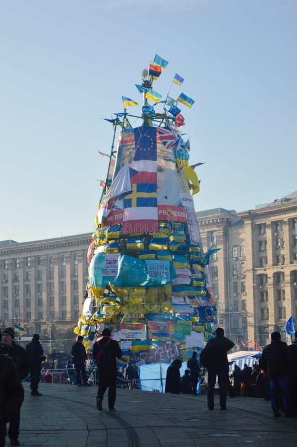 2013-2014,基辅,乌克兰:Euromaidan, Maydan, Maidan在Khreshchatik街道上的新年树 库存照片