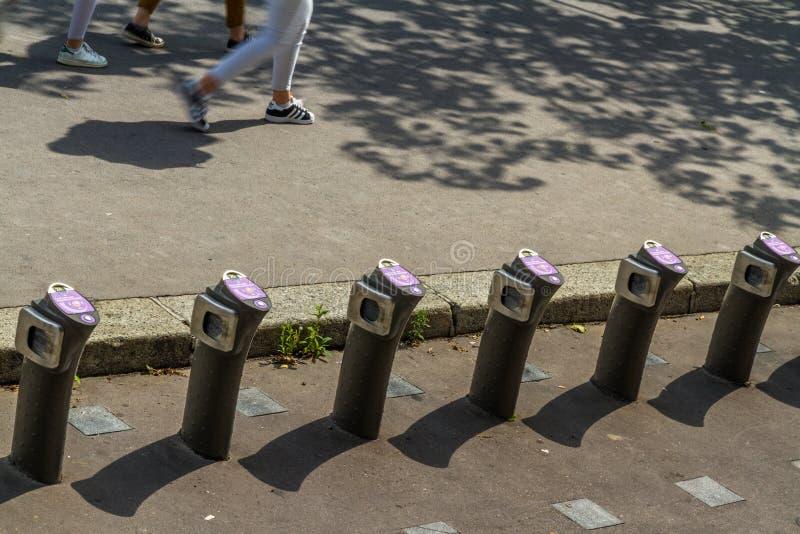 """巴黎,法国†""""8月23日:Velib自动自行车聘用statio 图库摄影"""