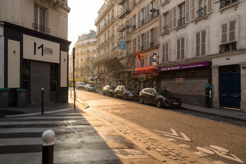 巴黎,法国, 2017年3月27日:在狭窄的看法在巴黎,法国修补了在传统巴黎人大厦中的街道 库存图片