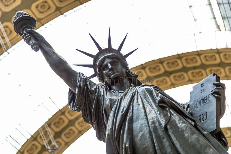 巴黎,法国, 2017年3月28日:自由女神像的一件古铜色复制品由法国雕刻家Bartholdi的在奥赛站立 免版税库存图片