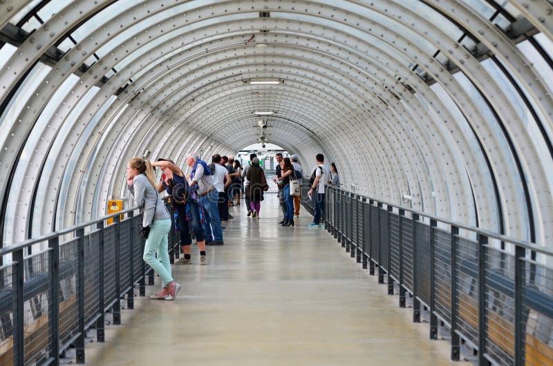 巴黎,法国- 2015年5月13日:人们参观玻璃管走廊在篷皮杜中心 免版税库存图片