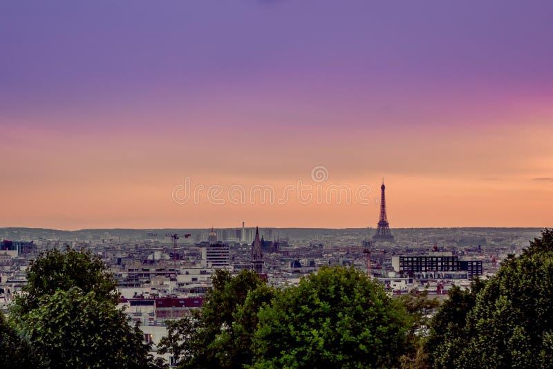 巴黎,法国- 2015年6月1日:在城市的壮观的概要有反对美丽的桔子的埃佛尔铁塔剪影的 库存照片