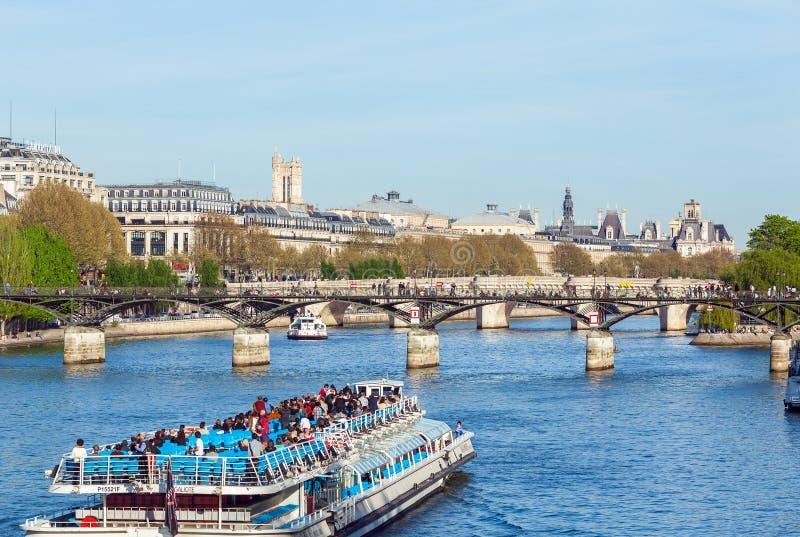 巴黎,法国- 2011年4月6日:游人在S的一条小船漂浮 库存图片
