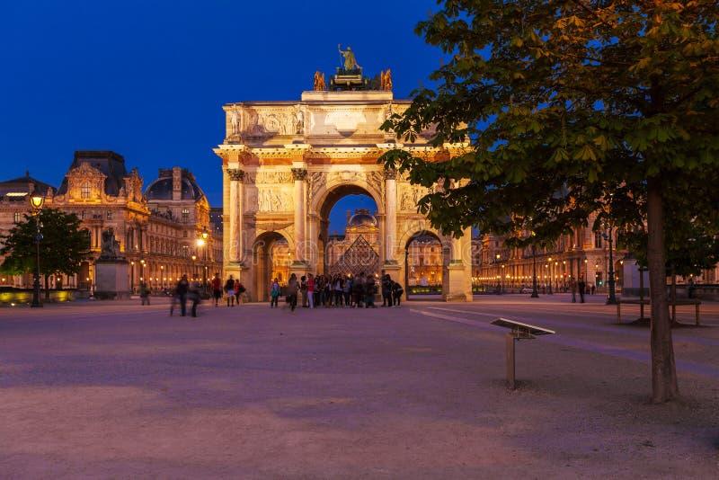 巴黎,法国- 2011年4月6日:走在弧de前面的人们 库存照片
