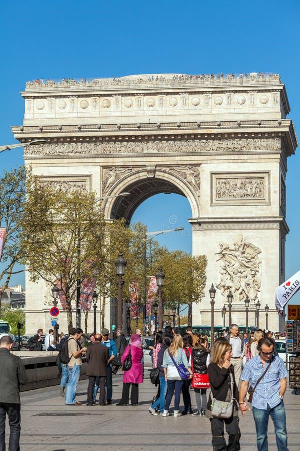 巴黎,法国- 2011年4月7日:走在弧de前面的人们 免版税库存图片
