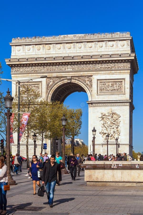 巴黎,法国- 2011年4月7日:走在弧de前面的人们 库存照片