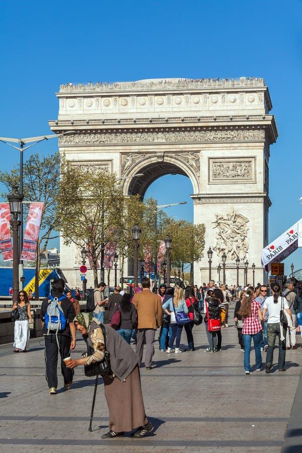 巴黎,法国- 2011年4月7日:走在弧de前面的人们 图库摄影