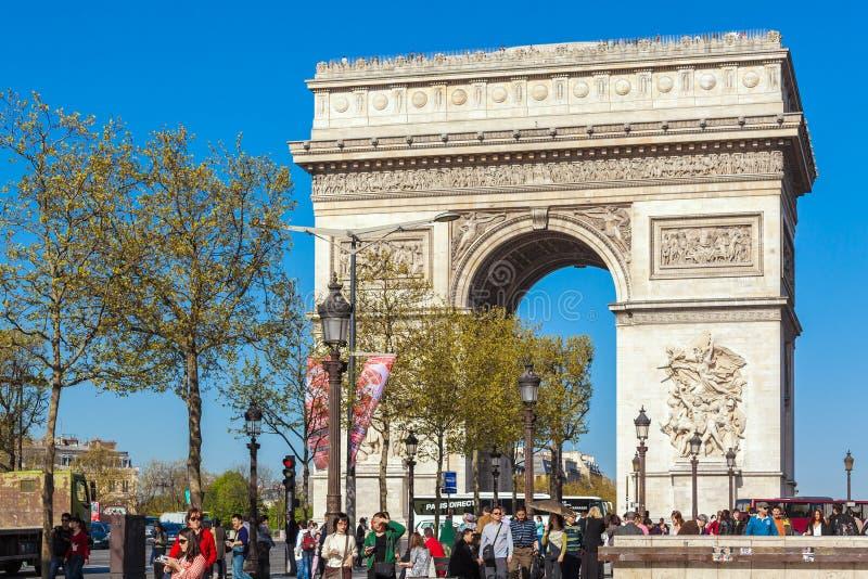 巴黎,法国- 2011年4月7日:走在弧de前面的人们 免版税库存照片