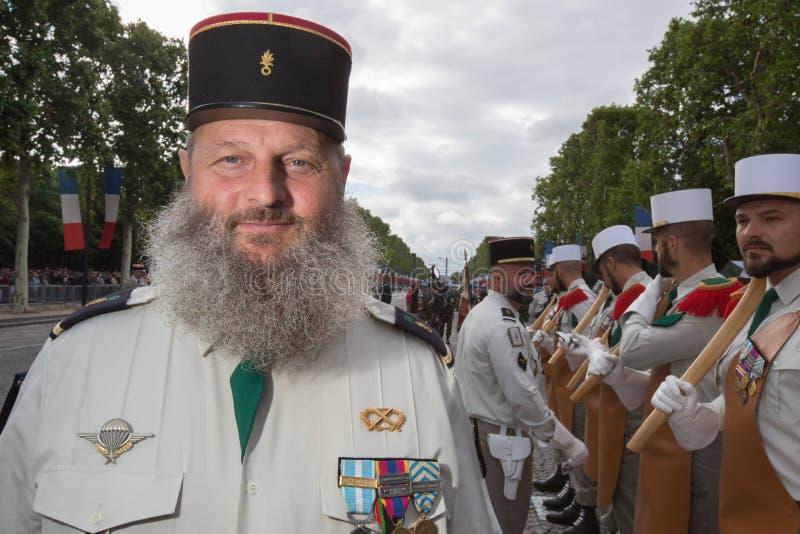 巴黎,法国- 2012年7月14日 从法国外籍兵团的战士前进在每年军事游行期间在巴黎 免版税图库摄影