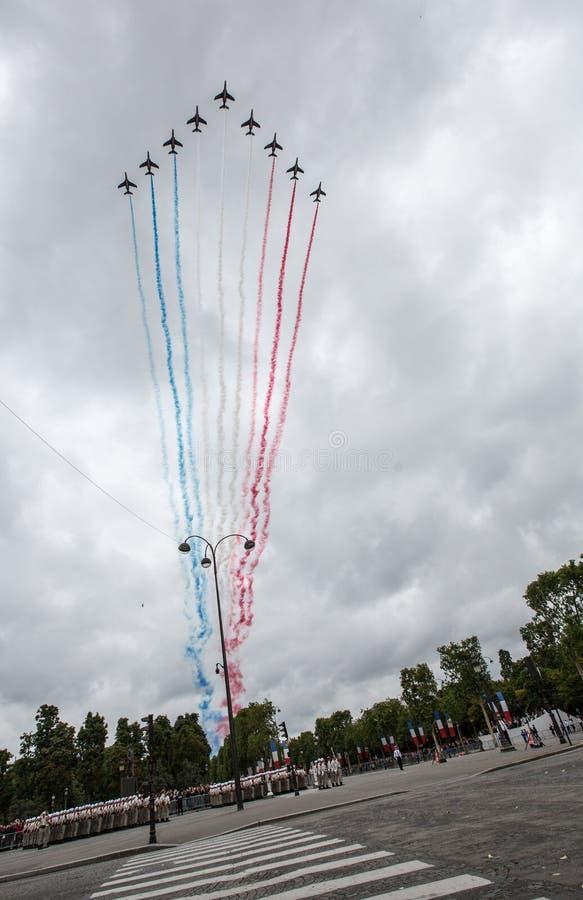 巴黎,法国- 2012年7月14日 从Patrouille de法国的阿尔法喷气机飞行在香榭丽舍大街 免版税图库摄影