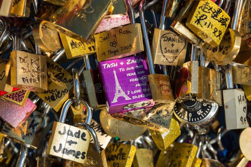 巴黎,法国-艺术桥 在桥梁的爱挂锁 免版税图库摄影
