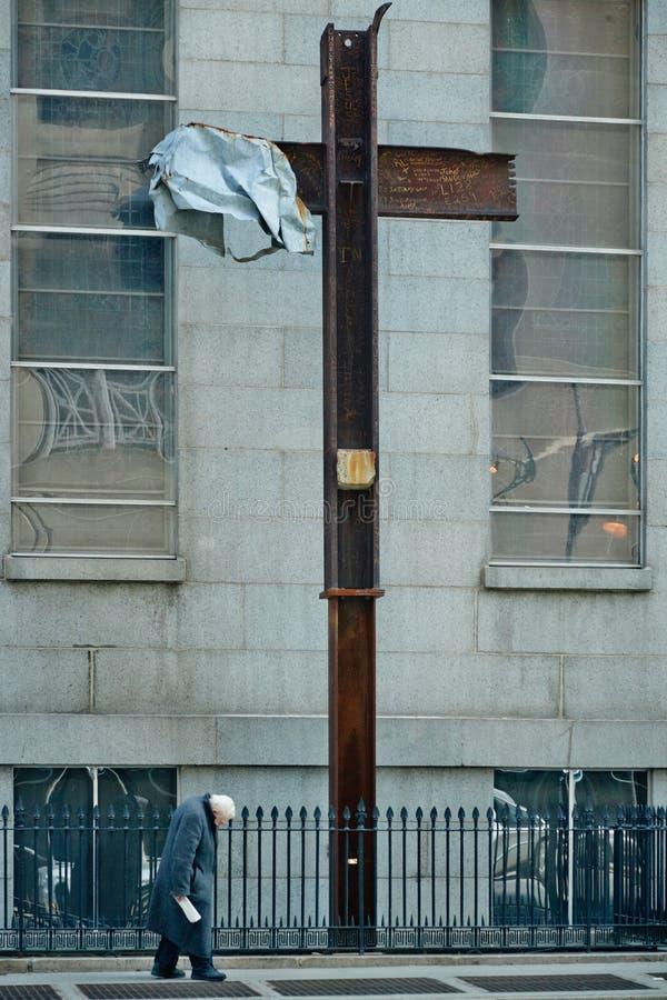 28 03 2007年,美国,纽约:老年人,无家可归者去在旁边 免版税库存照片