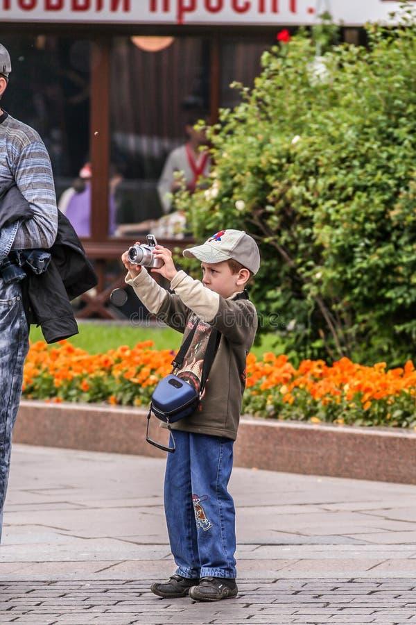 2010? 05 30,莫斯科,俄罗斯 小男孩莫斯科射击视域  免版税库存图片