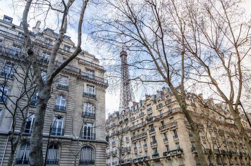 巴黎,从街道的艾菲尔铁塔视图 免版税图库摄影