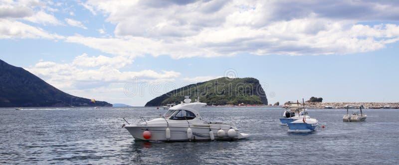 :反对背景圣尼古拉海岛的停住的汽艇在黎明 免版税库存图片