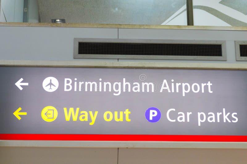 E 03 19:在机场下的伯明翰国际火车站 库存照片