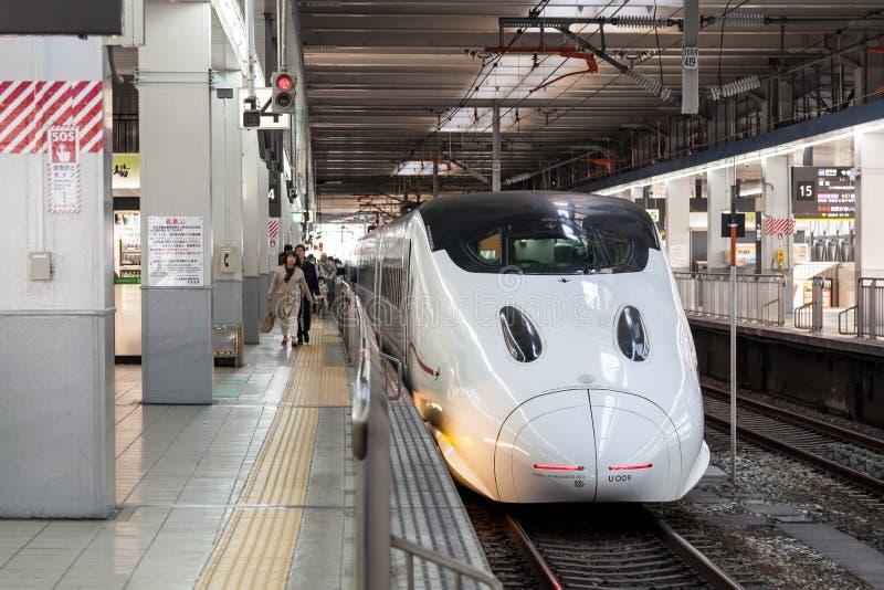 :小Shinkansen 800系列到达hakata火车站,福冈,日本 免版税库存照片