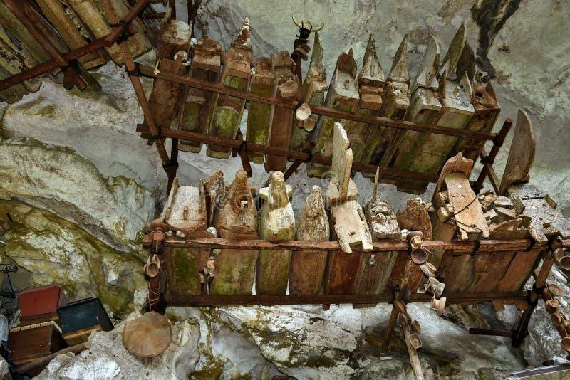 ?非常老棺材的ollection在Londa 塔娜Toraja,南苏拉威西岛,印度尼西亚 免版税库存图片