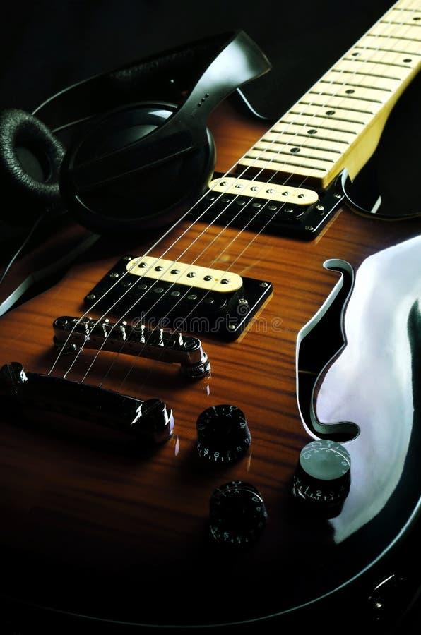 02把吉他葡萄酒 库存照片