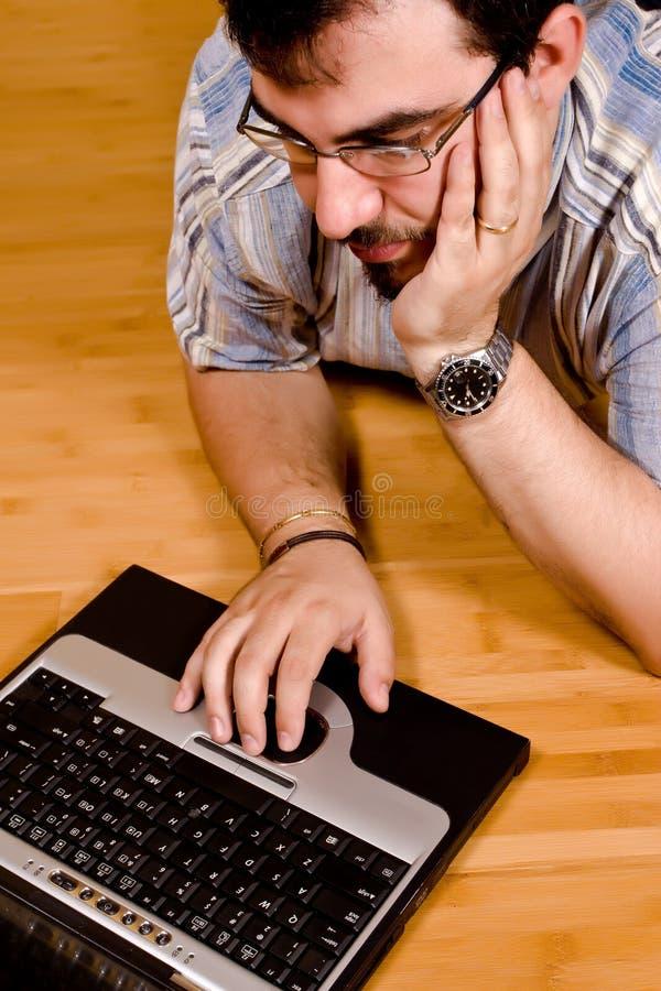 03他的膝上型计算机人工作 免版税图库摄影