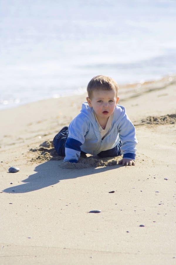 04个海滩男孩少许纵向 免版税库存照片