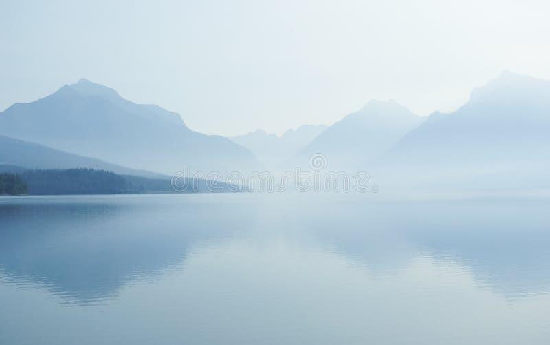 07 8有薄雾的湖 库存图片